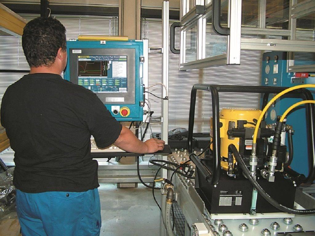 Un technicien effectue des réglages sur une centrale Enerpac par ordinateur.